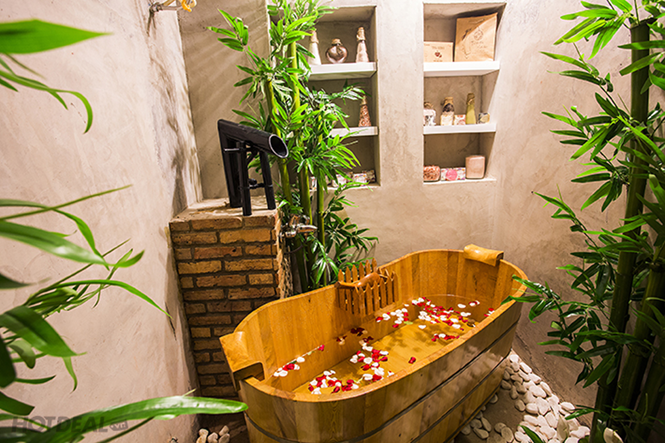 Tắm thảo dược trong thùng tắm gỗ